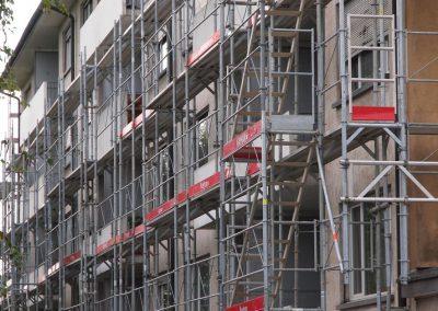 Montage des échafaudages sur un immeuble à Lucens