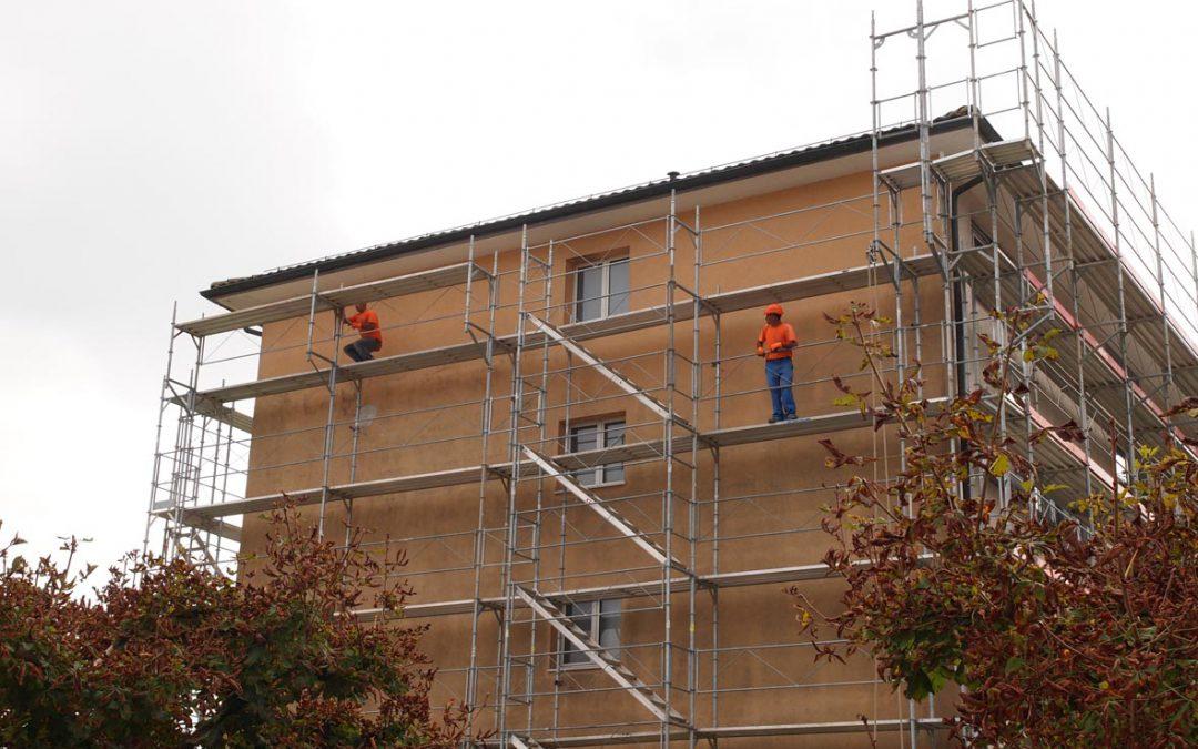 Montage d'un échafaudage sur un immeuble à Lucens