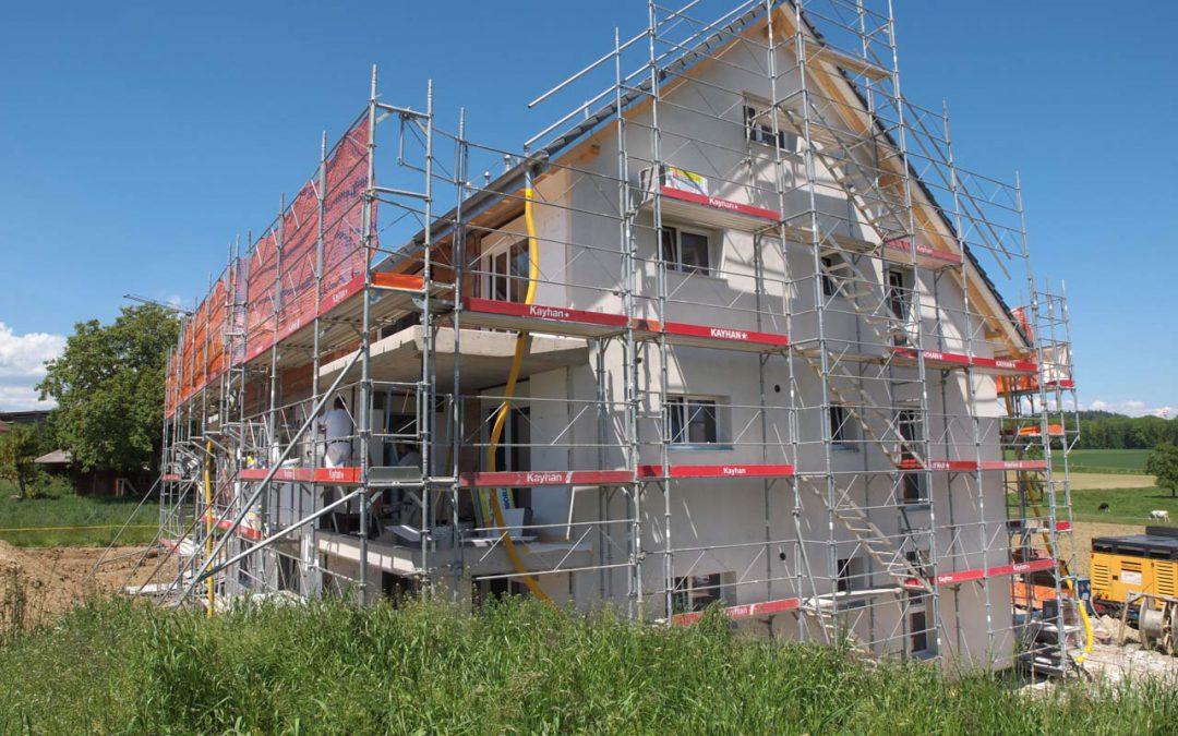Montage d'un échafaudage sur un immeuble à Villars-le-Grand