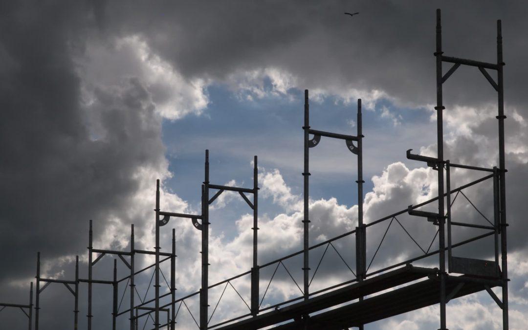 Montage d'échafaudages sur un chantier à Riaz