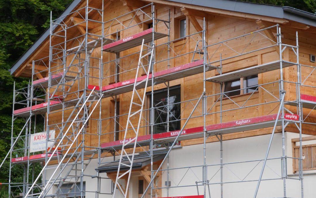 Montage d'échafaudage sur un chalet résidence aux Paccots
