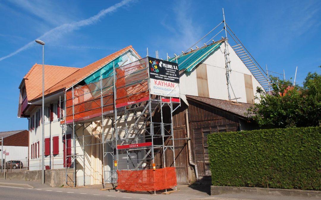 Montage d'un échafaudage avec protection de pignon pour travaux de toiture à Sédeilles/FR